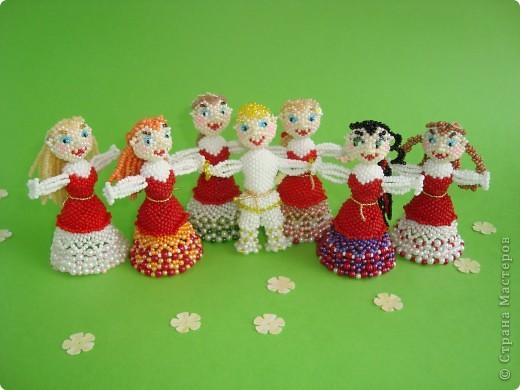 Человеческие образы для меня что-то новое! Хотелось сделать каждую куколку неповторимой, разные платья, причёски. Работа продвигалась медленно, но, на мой взгляд, это стоило того! Куколки отлично смотрятся в интерьере на полке. фото 5