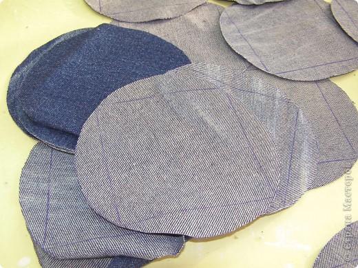 День рождения джинсов  Джинсовая ткань идеальна для дальнейшей переработки. Идей по ее использованию масса. Так что если ваши джинсы приказали долго жить, то жить они у рукодельниц действительно будут долго. фото 2