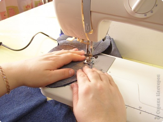 День рождения джинсов  Джинсовая ткань идеальна для дальнейшей переработки. Идей по ее использованию масса. Так что если ваши джинсы приказали долго жить, то жить они у рукодельниц действительно будут долго. фото 3