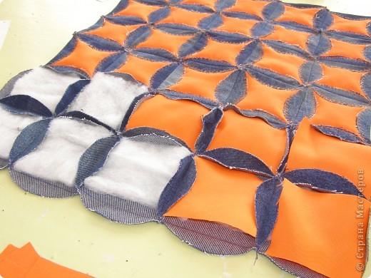 День рождения джинсов  Джинсовая ткань идеальна для дальнейшей переработки. Идей по ее использованию масса. Так что если ваши джинсы приказали долго жить, то жить они у рукодельниц действительно будут долго. фото 4