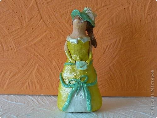 Ах, какое прекрасное время — выпускные балы. Вы уже выбрали платье для бала? Традиционное бальное платье — это платье с пышной юбкой, очень длинное, до пола или до лодыжки, из дорогих тканей и украшенное отделкой: кружевами, шитьем, блестками, бисером, гарусом. В соответствии с модой варьируются силуэт бального платья, пропорции, формы рукава и степень открытости декольте. Шьется бальное платье обычно на заказ, но можно купить и готовое бальное платье. фото 3