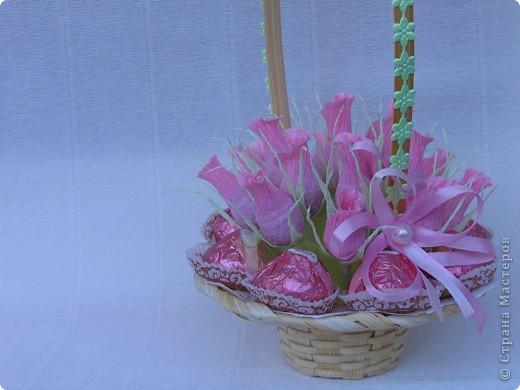 Бутоны роз можно сделать из различных материалов... Я предпочитаю заворачивать конфетки в гофробумагу, придавая вид бутона розы. фото 1