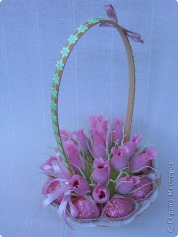 Бутоны роз можно сделать из различных материалов... Я предпочитаю заворачивать конфетки в гофробумагу, придавая вид бутона розы. фото 2