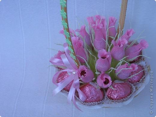 Бутоны роз можно сделать из различных материалов... Я предпочитаю заворачивать конфетки в гофробумагу, придавая вид бутона розы. фото 6