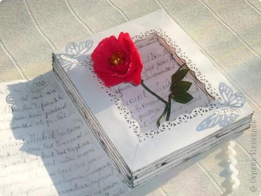 мне выпал день 23 апреля день Шекспира . в интернете нашла информацию , что это праздник книги и розы. Решила всё соединить , вот что получилось 23 апреля - ДЕНЬ СВЯТОГО ГЕОРГИЯ «Праздник розы и книги»  Истоки этого праздника уходят корнями в далекий 18 век. Множество версий возникновения этой оригинальной традиции до сих пор не могут внести ясность в суть вопроса. Тем не менее, из года в год, в этот день влюбленные юноши дарят девушкам алые розы, и, в ответ, получают книгу, как знак любви и верности. В своем роде, праздник Святого Георгия - это праздник влюбленных, каталонский аналог Дня Святого Валентина. Кроме того, Святой Георгий является покровителем Каталонии. В 1995 году организация ЮНЕСКО вместе с Правительством Каталонии утвердила 23 апреля Днем Книги и Авторских прав.  фото 6