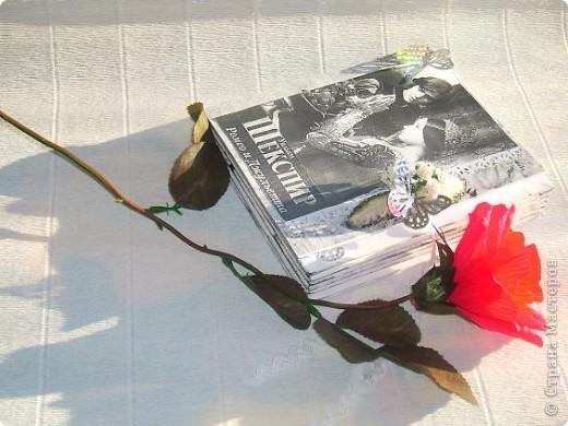 мне выпал день 23 апреля день Шекспира . в интернете нашла информацию , что это праздник книги и розы. Решила всё соединить , вот что получилось 23 апреля - ДЕНЬ СВЯТОГО ГЕОРГИЯ «Праздник розы и книги»  Истоки этого праздника уходят корнями в далекий 18 век. Множество версий возникновения этой оригинальной традиции до сих пор не могут внести ясность в суть вопроса. Тем не менее, из года в год, в этот день влюбленные юноши дарят девушкам алые розы, и, в ответ, получают книгу, как знак любви и верности. В своем роде, праздник Святого Георгия - это праздник влюбленных, каталонский аналог Дня Святого Валентина. Кроме того, Святой Георгий является покровителем Каталонии. В 1995 году организация ЮНЕСКО вместе с Правительством Каталонии утвердила 23 апреля Днем Книги и Авторских прав.  фото 7