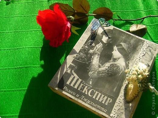 мне выпал день 23 апреля день Шекспира . в интернете нашла информацию , что это праздник книги и розы. Решила всё соединить , вот что получилось 23 апреля - ДЕНЬ СВЯТОГО ГЕОРГИЯ «Праздник розы и книги»  Истоки этого праздника уходят корнями в далекий 18 век. Множество версий возникновения этой оригинальной традиции до сих пор не могут внести ясность в суть вопроса. Тем не менее, из года в год, в этот день влюбленные юноши дарят девушкам алые розы, и, в ответ, получают книгу, как знак любви и верности. В своем роде, праздник Святого Георгия - это праздник влюбленных, каталонский аналог Дня Святого Валентина. Кроме того, Святой Георгий является покровителем Каталонии. В 1995 году организация ЮНЕСКО вместе с Правительством Каталонии утвердила 23 апреля Днем Книги и Авторских прав.  фото 1