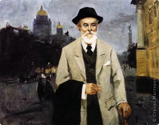 Петер Карл Фаберже родился 30 мая 1846 года в городе Санкт-Петербурге. Его отец был скромным ювелиром, имел свое дело. У мальчика рано проявились художественные способности и повышенный интерес к ювелирному искусству.   Фаберже-старший приложил все силы, чтобы дать Карлу превосходное образование: он обучался в старейшей и престижнейшей немецкой гимназии Санкт-Петербурга, затем в коммерческом колледже в Париже. Несколько лет на практике изучал ювелирное дело в различных городах Европы. В 1872 году Карл стал во главе ювелирной мастерской своего отца.  Первый успех пришел к Фаберже в 1882 году на Всероссийской промышленно-художественной выставке в столице России, где представленные Фаберже образцы современного ювелирного искусства в виде изящных дамских украшений принесли ему золотую медаль.  Примерно в те же годы Карл начал поставлять свои изделия Кабинету Его Императорского Величества. Сначала доля в заказах была не слишком значительной, Фаберже соперничал за императорские заказы с другими более известными ювелирами, но с годами она выросла. Фаберже все чаще стал упоминаться в учетных книгах Двора.   Ему удалось быстро завоевать расположение высших придворных чинов, оказывая бесплатные услуги по оценке, ремонту и реставрации ювелирных изделий в Эрмитаже. А свободный доступ к экспонатам музея позволил ювелиру внимательно изучить технические приемы старых мастеров и стилистические особенности изделий, выполненных в разные эпохи.  Он удовлетворял запросы публики нескончаемым потоком полезных вещей – портсигаров, ламп, звонков, часов, – превосходивших друг друга своей изобретательностью, изысканностью и совершенством. Мгновенно узнаваемые, они были превосходным символом статуса их владельца.  Знаменитая коллекция пасхальных яиц Фаберже была создана им по императорскому заказу и составляла в общей сложности 54 пасхальных яйца. Сегодня с достоверностью известно, что до нашего времени сохранились 45 пасхальных яиц, сделанных по царскому заказу; сохранилась фотография еще од