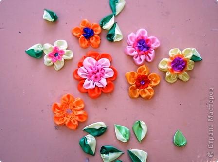 Я очень люблю атласные ленты. Они такие красивые: блестящие и разноцветные! Из них можно плести фенечки, можно делать красивые цветы. В своей работе я использовала и то, и другое. фото 3