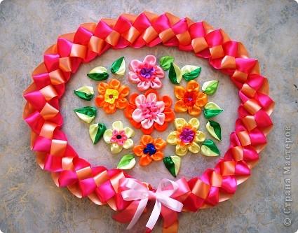 Я очень люблю атласные ленты. Они такие красивые: блестящие и разноцветные! Из них можно плести фенечки, можно делать красивые цветы. В своей работе я использовала и то, и другое. фото 1
