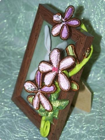 В начале весны так уже соскучилась  по цветам, что решила создавать их из всего, что есть под рукой и украшать ими все вокруг. Вот на такой весенней волне у меня и выросли цветы из проволоки, которыми захотелось украсить рамку для фото. фото 3