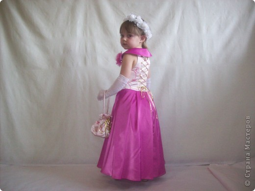 Бал настоящая находка Для юных франтов и для дам; Его с восторгом ждет красотка, Он праздник пасмурным отцам. Чтоб дочка куколкой оделась, Хлопочет опытная мать, И чтоб она не засиделась, Везет ее потанцевать. (Ф. Кони)  Вот и у меня была задача создать бальное платье для пятилетней барышни. фото 9