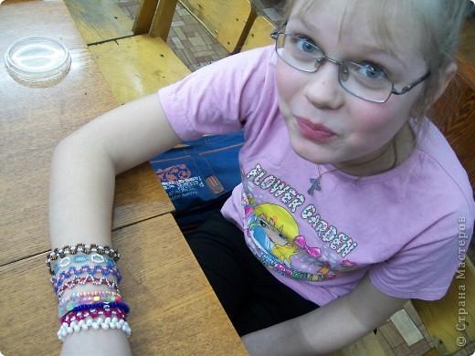 """Какой интересный праздник- день фенечек! Фенечки  можно делать из разных материалов: ленточек, шнурков, ниток """"мулине"""", из кожи, из ткани и конечно из бисера.  Фенечки из бисера уже давно стали любимыми украшениями девочек.  фото 2"""