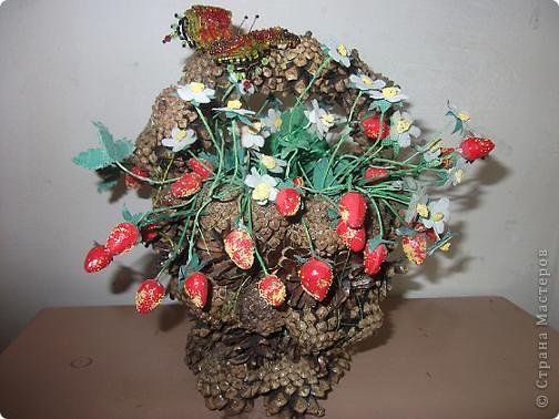26 мая День корзинок и лукошек.    Корзины и лукошки плетут из прутьев, из стеблей, соломы, коры, кореньев, драни и прочего. Мы решили пофантазировать и  изготовили корзину из сосновых шишек. У  нас  получилась небольшая корзинка - ягодное лукошко.  фото 1