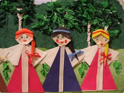Шумно и весело проходила Троица в старину. Утром все спешили в храм на праздничную службу. А после нее устраивали народное веселье с хороводами, играми, песнями.  фото 2