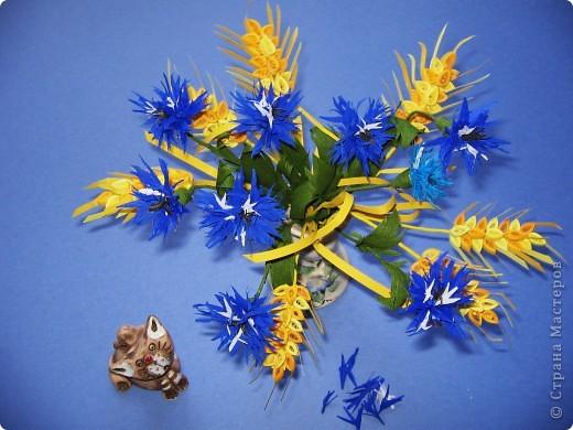 Как много полевых цветов, Их все лишь единицы знают, А вот про брызги васильков Стихи и песни сочиняют... В. Кокорев Васильки, символизирующие синий цвет (существуют даже выражения «васильковый цвет», «васильковые глаза»), бывают не только синими, но и розовыми, белыми, пурпурными, лиловыми, желтыми. Род Centaurea насчитывает около 700 видов васильков. Название рода произведено от греческого мифа, согласно которому кентавр Хирон использовал васильки с лечебной целью. Centaurea – цветок кентавра. фото 3