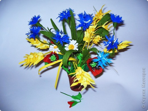 Как много полевых цветов, Их все лишь единицы знают, А вот про брызги васильков Стихи и песни сочиняют... В. Кокорев Васильки, символизирующие синий цвет (существуют даже выражения «васильковый цвет», «васильковые глаза»), бывают не только синими, но и розовыми, белыми, пурпурными, лиловыми, желтыми. Род Centaurea насчитывает около 700 видов васильков. Название рода произведено от греческого мифа, согласно которому кентавр Хирон использовал васильки с лечебной целью. Centaurea – цветок кентавра. фото 5