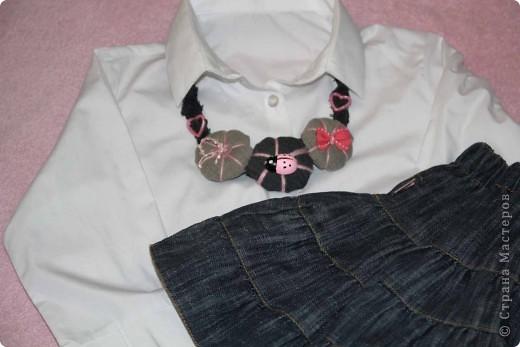 Скоро придет теплая, настоящая весна...... Девчонки начнут одевать рубашечки, на смену водолазкам (гольфикам), пойдут в ход и юбочки.... Больше времени можно проводить на улице... Вот в преддверии такой романтики решилась я сделать для Сашеньки джинсовые бусы.  фото 6