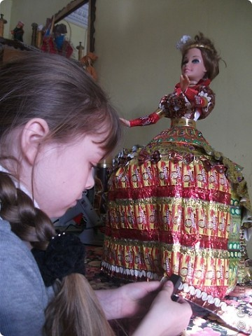 Кукла в платье из фантиков фото 3