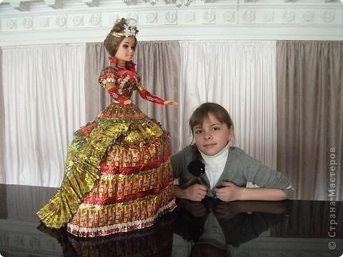 Кукла в платье из фантиков фото 5