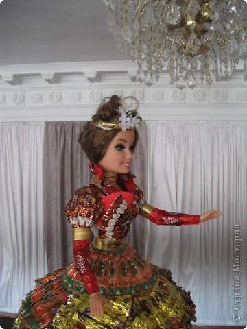 Кукла в платье из фантиков фото 4