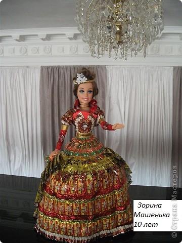 Кукла в платье из фантиков фото 2