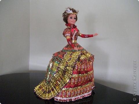 Кукла в платье из фантиков фото 1
