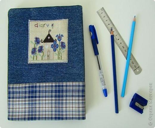 Вот такой комплект   предметов из джинсовой ткани, для школы , и не только,  у меня получился. Он состоит из: рюкзака, кошелька и обложки на дневник. фото 4