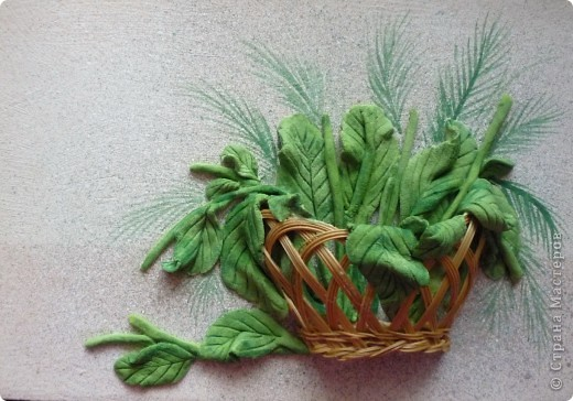 """""""Маргаритки"""" панно из соленого теста 14х18 Этот цветок был известен всюду и любим всеми - и в Древней Греции, и в Средневековой Европе, и в наше время. Его латинское имя """"Bellis perennis"""" используется в науке - в ботанике и фармакологии, его греческое имя """"Margarites"""" знают все просто как женское имя. Его любили короли, рыцари и простолюдины. Этот цветок удостоился создания о нем древних легенд, он присутствует на картинах великих старых мастеров и в шедеврах поэтов и трубадуров. Как оракул, он утешал бедных девушек, заговаривавших судьбу нетерпеливым вопросом: """"любит - не любит…"""". А незадолго перед революцией 17 года в странах Северной Европы (в Швеции, в России и Финляндии) этот цветок стал одним из символов первомайского весеннего тепла и блага, когда можно было попытаться забросать горе не шапками, а цветами. Этот цветок - европейская сестра нашей ромашки, маргаритка.  фото 2"""