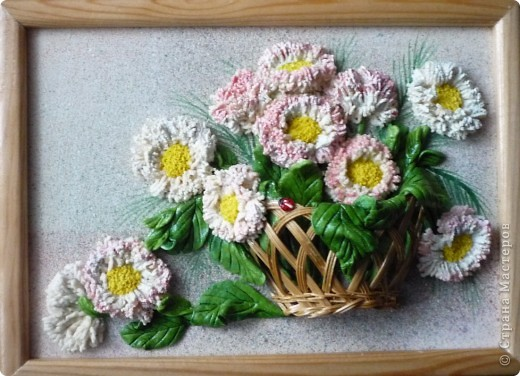 """""""Маргаритки"""" панно из соленого теста 14х18 Этот цветок был известен всюду и любим всеми - и в Древней Греции, и в Средневековой Европе, и в наше время. Его латинское имя """"Bellis perennis"""" используется в науке - в ботанике и фармакологии, его греческое имя """"Margarites"""" знают все просто как женское имя. Его любили короли, рыцари и простолюдины. Этот цветок удостоился создания о нем древних легенд, он присутствует на картинах великих старых мастеров и в шедеврах поэтов и трубадуров. Как оракул, он утешал бедных девушек, заговаривавших судьбу нетерпеливым вопросом: """"любит - не любит…"""". А незадолго перед революцией 17 года в странах Северной Европы (в Швеции, в России и Финляндии) этот цветок стал одним из символов первомайского весеннего тепла и блага, когда можно было попытаться забросать горе не шапками, а цветами. Этот цветок - европейская сестра нашей ромашки, маргаритка.  фото 5"""
