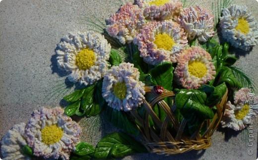 """""""Маргаритки"""" панно из соленого теста 14х18 Этот цветок был известен всюду и любим всеми - и в Древней Греции, и в Средневековой Европе, и в наше время. Его латинское имя """"Bellis perennis"""" используется в науке - в ботанике и фармакологии, его греческое имя """"Margarites"""" знают все просто как женское имя. Его любили короли, рыцари и простолюдины. Этот цветок удостоился создания о нем древних легенд, он присутствует на картинах великих старых мастеров и в шедеврах поэтов и трубадуров. Как оракул, он утешал бедных девушек, заговаривавших судьбу нетерпеливым вопросом: """"любит - не любит…"""". А незадолго перед революцией 17 года в странах Северной Европы (в Швеции, в России и Финляндии) этот цветок стал одним из символов первомайского весеннего тепла и блага, когда можно было попытаться забросать горе не шапками, а цветами. Этот цветок - европейская сестра нашей ромашки, маргаритка.  фото 4"""