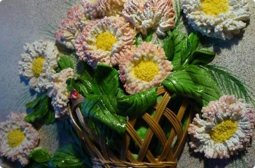 """""""Маргаритки"""" панно из соленого теста 14х18 Этот цветок был известен всюду и любим всеми - и в Древней Греции, и в Средневековой Европе, и в наше время. Его латинское имя """"Bellis perennis"""" используется в науке - в ботанике и фармакологии, его греческое имя """"Margarites"""" знают все просто как женское имя. Его любили короли, рыцари и простолюдины. Этот цветок удостоился создания о нем древних легенд, он присутствует на картинах великих старых мастеров и в шедеврах поэтов и трубадуров. Как оракул, он утешал бедных девушек, заговаривавших судьбу нетерпеливым вопросом: """"любит - не любит…"""". А незадолго перед революцией 17 года в странах Северной Европы (в Швеции, в России и Финляндии) этот цветок стал одним из символов первомайского весеннего тепла и блага, когда можно было попытаться забросать горе не шапками, а цветами. Этот цветок - европейская сестра нашей ромашки, маргаритка.  фото 3"""