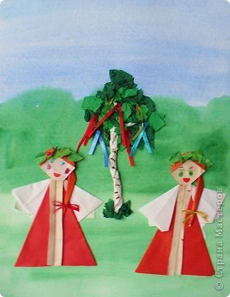 Шумно и весело проходила Троица в старину. Утром все спешили в храм на праздничную службу. А после нее устраивали народное веселье с хороводами, играми, песнями.  фото 3