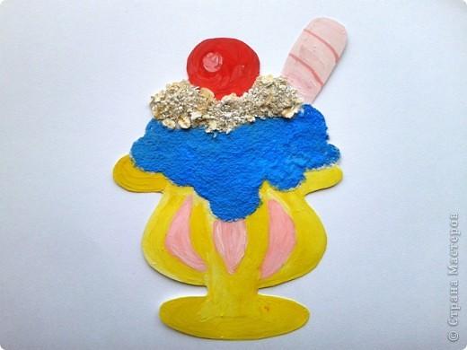 Решила еще немного поэкспериментировать, и получилось вот такое мороженое. Сверху вишневый шарик дальше банановая подливка потом клубничное мороженое,  дальше мороженое голубое небо и в вазочке еще банановое мороженое.  фото 5