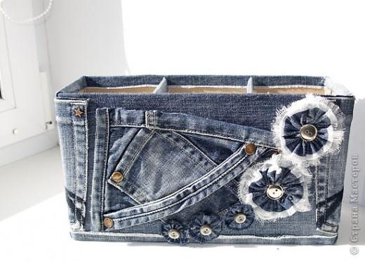 Совсем  недавно 20 мая начали отмечать день рождения джинсов. Возникновение джинсов как одежды до сих пор покрыто легендами. Каких только гипотез не высказывают историки! Но точная история, так же как и дата возникновения джинсов неизвестна. Именно поэтому так ценятся образцы старых джинсов, которые находят историки. И все-таки день рождения у джинсов есть. Этим днем принято считать дату получения патента на производство джинсов компанией Levi Strauss. А именно 20 мая 1873 года. В 1878  году химик из Германии Адольф фон Баер изобрел краситель, который заменил натуральный индиго, ни чем не уступая ему. Таким образом удалось значительно снизить себестоимость производства джинсов, что позволило увеличить их производство. Вскоре, в 1886 году, на джинсах появился фирменный лейбл из кожи с надписью «Levi's», который и сейчас является синонимом фирменных джинсов. В 1926 году на джинсах появилась молния на ширинке. Сейчас больше половины джинсов выпускаются с молнией. Дальше джинсы становились все популярнее, становясь одеждой миллионов чему очень сильно способствовала деятельность компании Levi's. Создание джинсов для женщин, детские джинсы, джинсы-стрейчь… Все это заметные моменты в истории джинсовой одежды, которые только повышали их популярность. фото 1