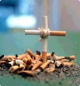 Каждый год во всём мире проводится международная акция по борьбе с курением - Всемирный день без табака.   День без табака был установлен Всемирной организацией здравоохранения (ВОЗ) в 1988 году. Россия присоединилась к конвенции ВОЗ по борьбе против табака  в 2008 году. В этот день во всём мире читаются разъяснительные лекции о вреде табака в школах и не только, проходят акции помощи в отказе от курения. Курящие подвергают опасности не только себя, но и окружающих людей. Сейчас запрещено курение на рабочих местах, запрещена реклама сигарет, ограничено курение в общественных местах.     А ещё, ежегодно в третий четверг ноября в большинстве стран мира отмечается Международный день отказа от курения. фото 2