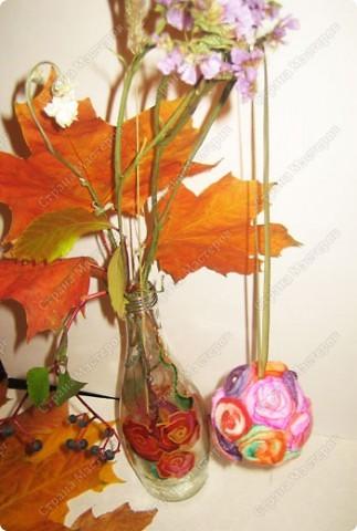 Пенопластовый шарик украшен розочками из  окрашенных ватных дисков фото 1