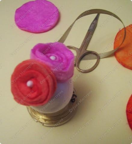 Пенопластовый шарик украшен розочками из  окрашенных ватных дисков фото 18