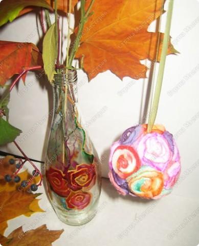 Пенопластовый шарик украшен розочками из  окрашенных ватных дисков фото 2