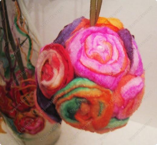 Пенопластовый шарик украшен розочками из  окрашенных ватных дисков фото 3