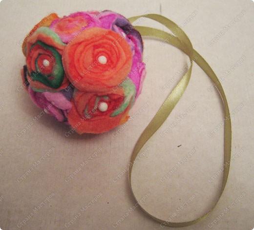 Пенопластовый шарик украшен розочками из  окрашенных ватных дисков фото 5