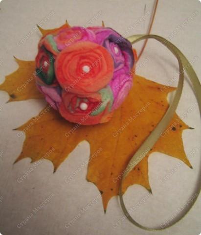 Пенопластовый шарик украшен розочками из  окрашенных ватных дисков фото 6