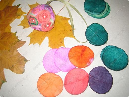 Пенопластовый шарик украшен розочками из  окрашенных ватных дисков фото 7