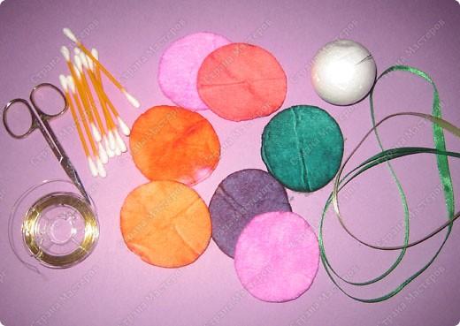 Пенопластовый шарик украшен розочками из  окрашенных ватных дисков фото 8