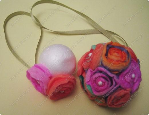 Пенопластовый шарик украшен розочками из  окрашенных ватных дисков фото 19