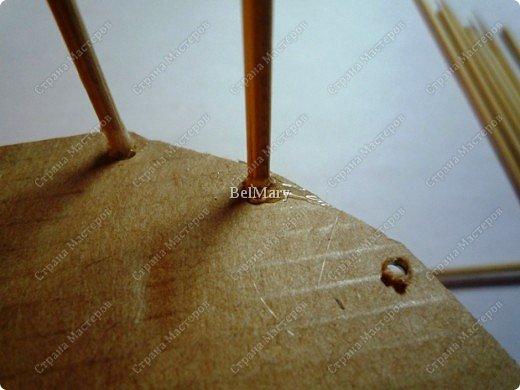 Чтобы сделать такую необычную вазочку нам понадобится: зубочистки, шпажки, картон, шпагат. фото 4