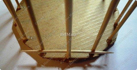 Чтобы сделать такую необычную вазочку нам понадобится: зубочистки, шпажки, картон, шпагат. фото 7