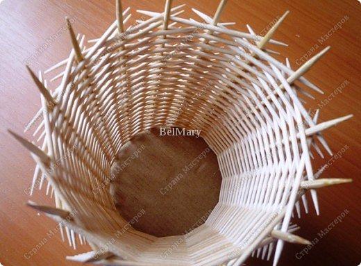 Чтобы сделать такую необычную вазочку нам понадобится: зубочистки, шпажки, картон, шпагат. фото 16