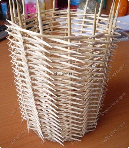 Чтобы сделать такую необычную вазочку нам понадобится: зубочистки, шпажки, картон, шпагат. фото 15