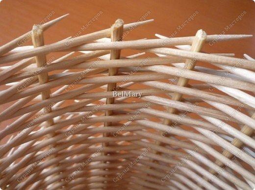Чтобы сделать такую необычную вазочку нам понадобится: зубочистки, шпажки, картон, шпагат. фото 17